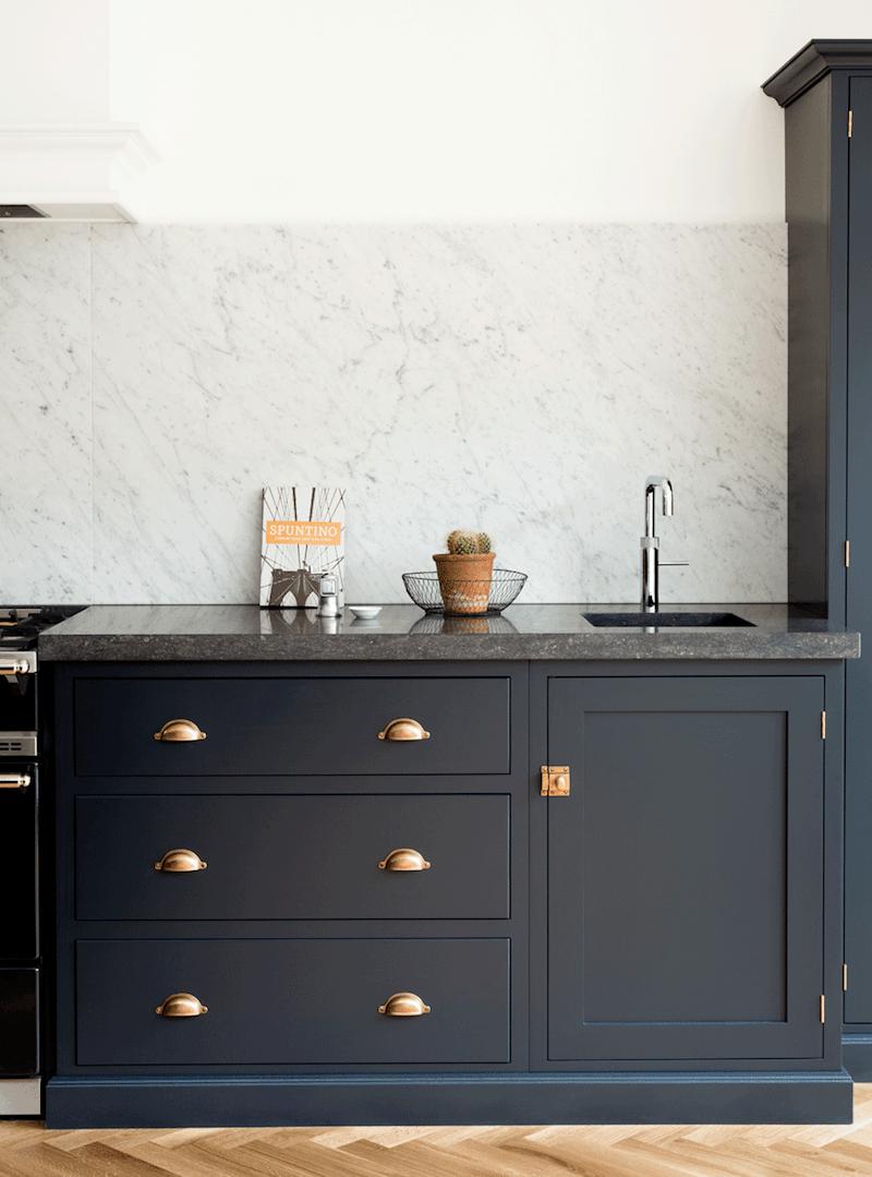 de-vol-kitchens-farrow-and-ball-classic-kitchen-color-railings