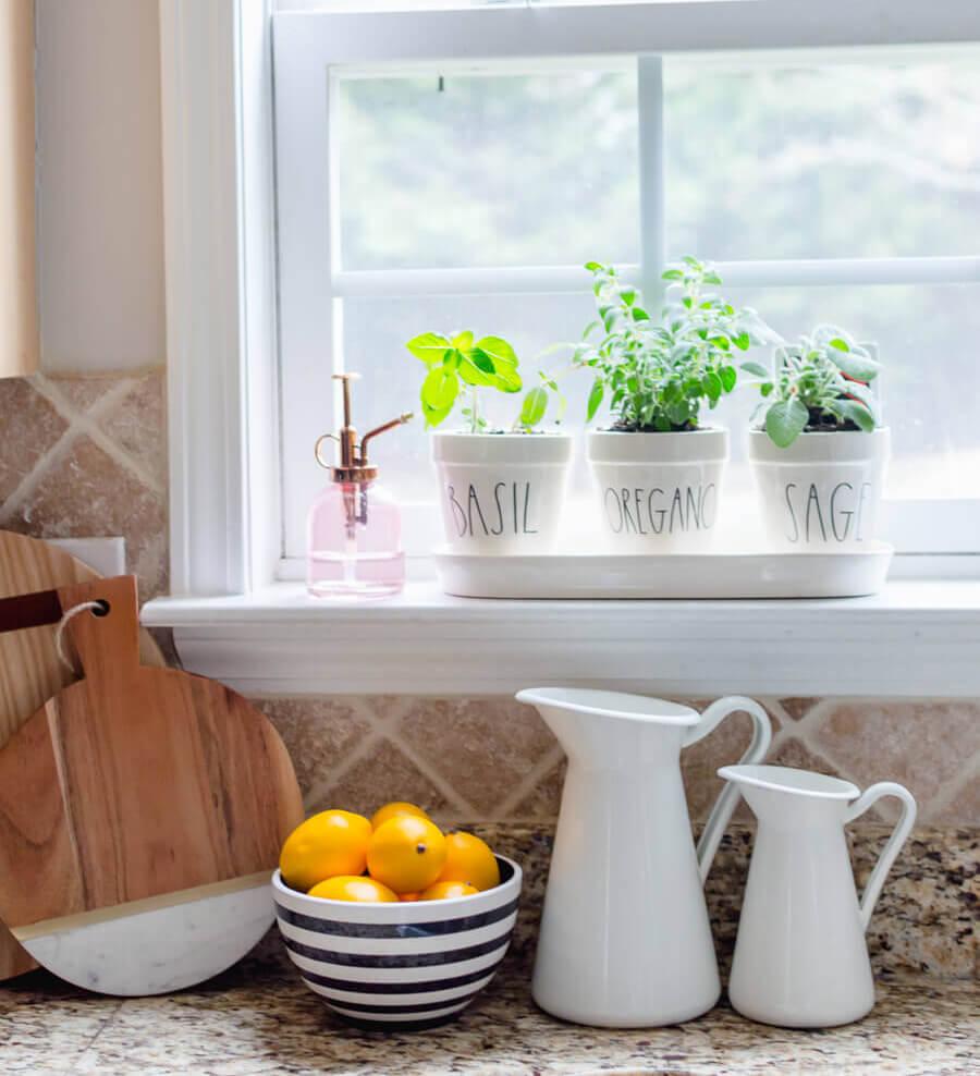 farmhouse-kitchen-decor-with-indoor-herb-garden